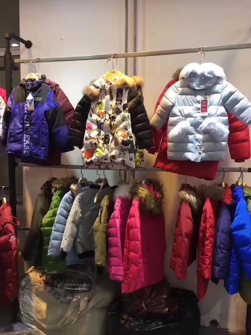 大量低价服装 童装到中老年装齐全 拿货只需3-18元尾货服装