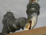 廣州下水管道漏水維修,舊排污管爆裂漏水部位鋸切換裝新管