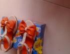 小女兒的一雙涼鞋