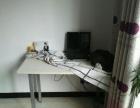 这个桌子九成新,是我办公室搬迁的时候正好家里缺个桌