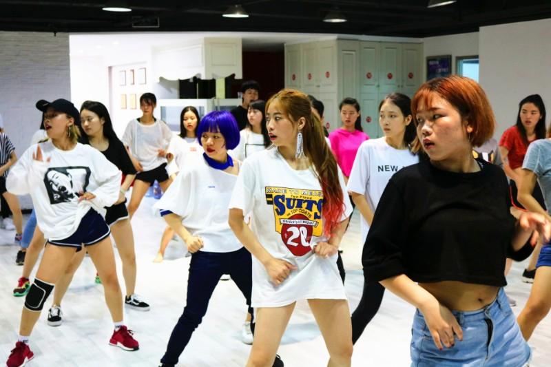 云南专业零基础舞蹈培训 钢管爵士肚皮包教会包分配