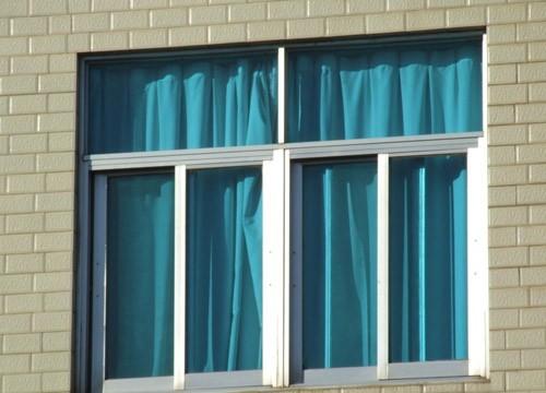 青岛修推拉门玻璃门折叠门 换玻璃换纱网 铝塑门窗 晒衣架