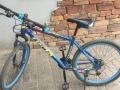 蓝色山地自行车