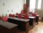 培训课桌和两把椅子