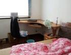出租三室一厅中的温馨小房间