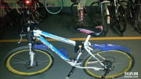 二手破旧自行车转