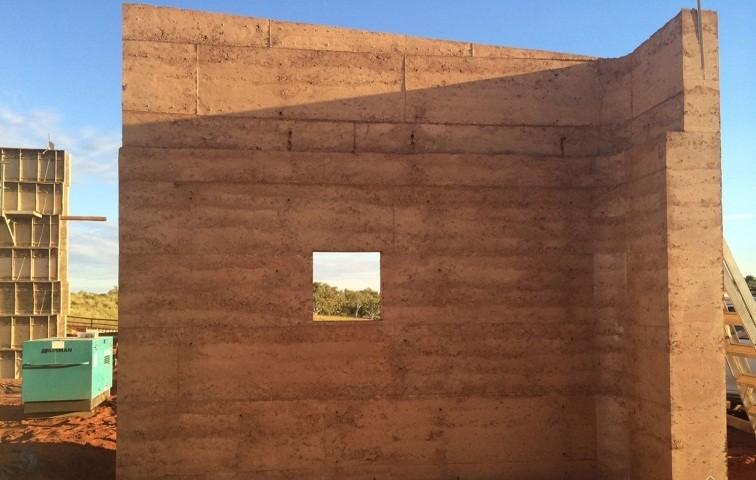 云南仿古水泥基黄泥墙 黄泥土自裂纹墙面做法 民宿夯土墙做法