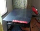 电脑桌和折叠椅
