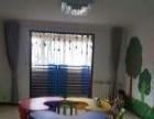 幼儿园彩色塑料月牙形桌子低价处理