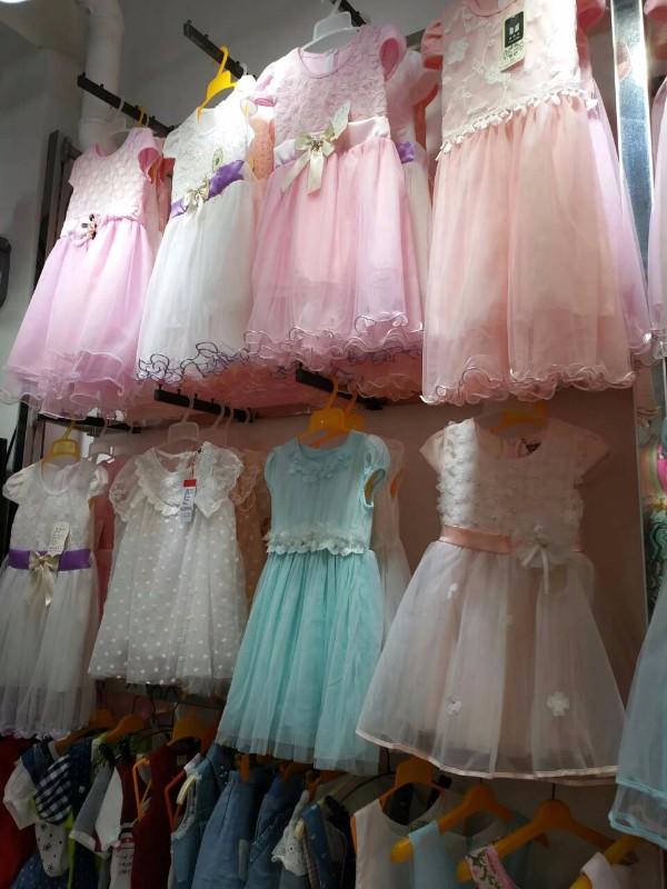 农村乡镇甩货货源,特价男女装童装t恤裙子超低价服装批发