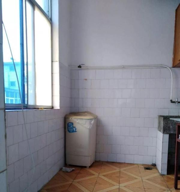 六一路教育局对面简装三室两厅家具家电齐全中间楼层