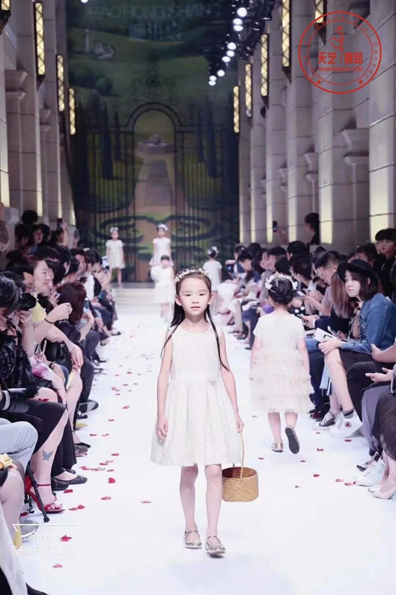 聚彩天艺暑期模特训练营招募中!少儿模特班即将开课!