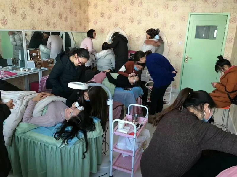 专业培训学习化妆美甲纹绣