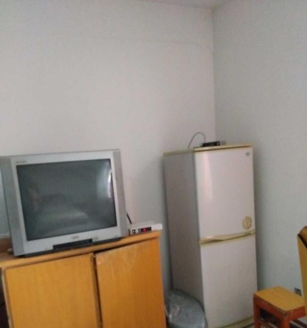 欧亚附近,血站东侧小高层 1室1厅 42平米 简单装修 年付