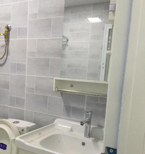 2套众兴华庭高档公寓清新装修风格旁边就是车站房子正在打扫卫生